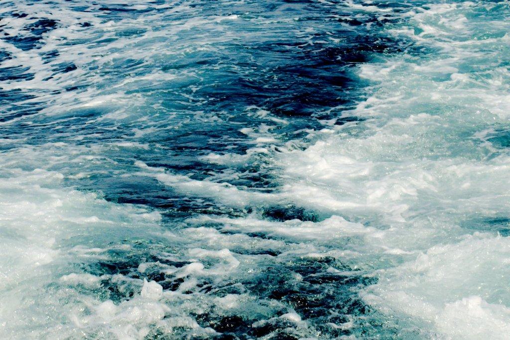 194 / 2013 - waves © Gabor Suveg